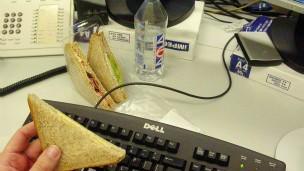 Chegar atrasado e deixar sujeira na mesa são alguns dos hábitos mais criticados (Foto: PA)