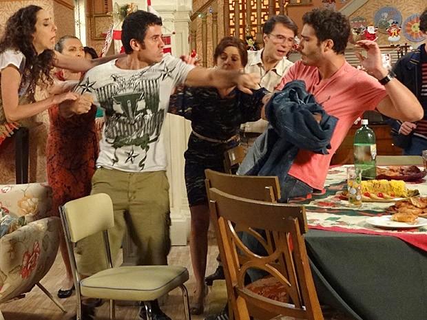 Mais uma vez sobra para Zenon e ele acaba apanhando de Ulisses (Foto: Guerra dos Sexos / TV Globo)