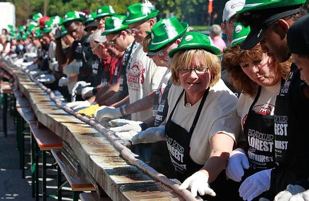 No aniversário de cidade de Belleville, grupo cozinhou salsicha de quase 200 metros (Foto: Steve Nagy/Belleville News-Democrat/AP)