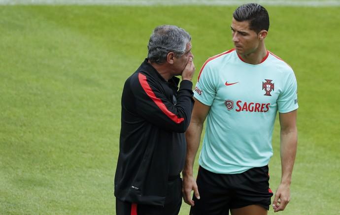 Fernando Santos conversa com CR7 (Foto: REUTERS/Gonzalo Fuentes)