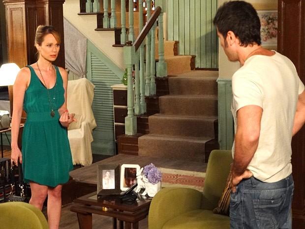 Juliana pergunta a Ulisses sobre os sentimentos de Nando (Foto: Guerra dos Sexos / TV Globo)