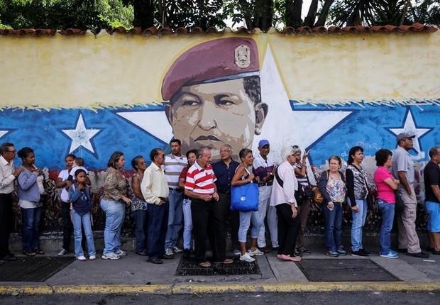 Fila para votar em plebiscito na Venezuela organizado pela oposição de Maduro (Foto: Miguel Gutiérrez/EFE)