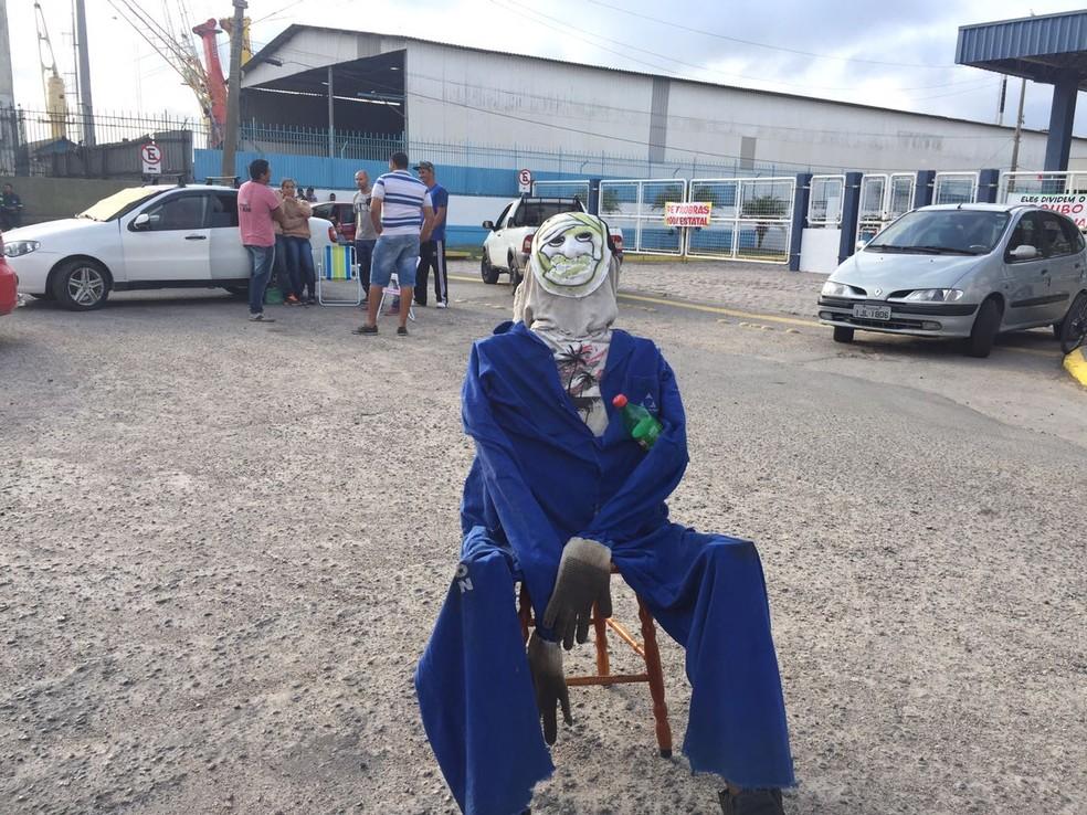 Boneco foi colocado em frente ao estaleiro da QGIa durante o protesto em Rio Grande (Foto: Nathalia King/RBS TV)