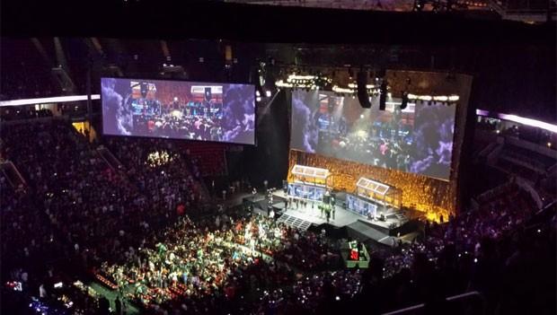 Final do mundial de 'Dota 2' reuniu multidão em ginásio de Seattle, nos EUA (Foto: Divulgação/Valve)