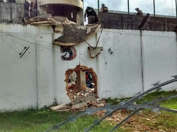 Muro explodido no Complexo do Curado (Foto: João Carvalho/Sindicato dos Agentes Penitenciários/Divulgação)