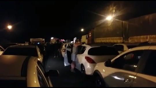Caminhões batem na BR-376, em São José dos Pinhais