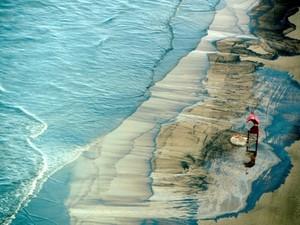 Vazamento de óleo em Tramandaí (RS) (Foto: Lauro Alves/Agência RBS)