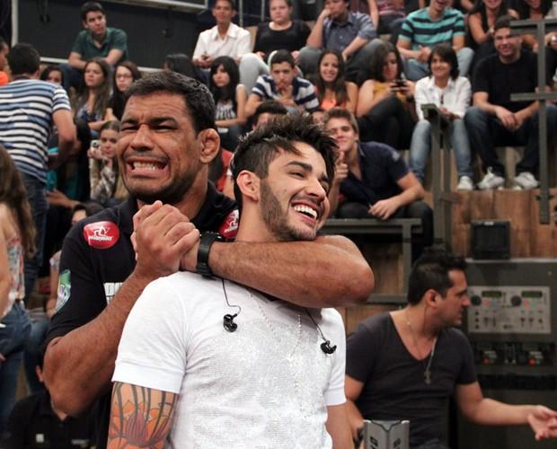 Rodrigo Minotauro dá um mata-leão no cantor Gusttavo Lima (Foto: TV Globo/Altas Horas)
