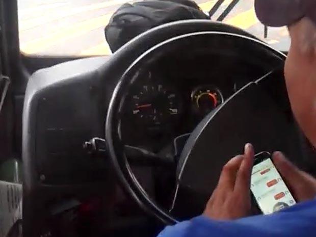 Motorista chega a tirar as mãos do volante para mexer no celular enquanto dirige em Campinas (Foto: Reprodução / EPTV)