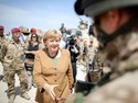 Angela Merkel visita base militar em Kanduz, no Afeganisto nesta sexta (10)