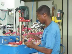 Trabalhador da fábrica Carmen Steffens, em Franca; empresa diz que falta mão de obra qualificada (Foto: Mariana Oliveira)