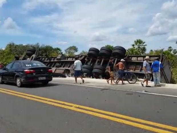 Caminhão com carga de biscoitos tomba na BR-343 (Foto: Reprodução/TV Clube)