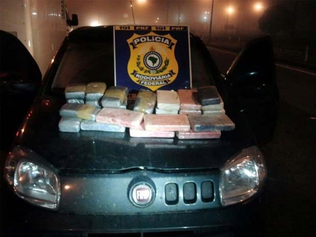 Em outro carro, 30 tijolos de cocaína e crack seguiam para o Alagoas (Foto: Polícia Rodoviária Federal)