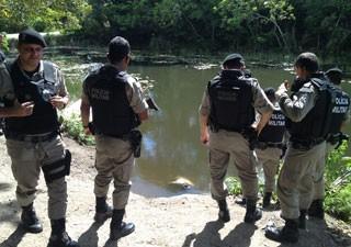 Corpo é encontrado boiando em rio de João Pessoa  (Foto: Walter Paparazzo/G1)