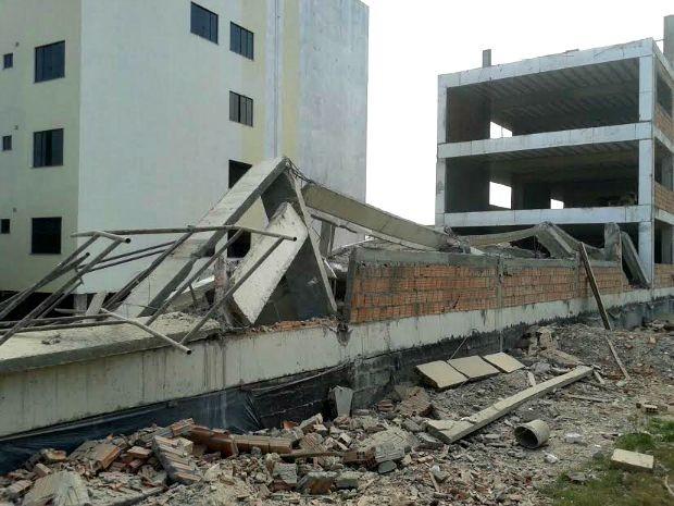 Destroços do desmoronamento de obra (Foto: Adneison Severiano/G1 AM)