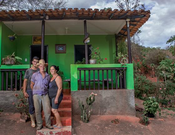 Rafael e Avelina o casal de produtores permaneceu em seu sítio. (Foto:  Rogério Cassimiro/ÉPOCA)