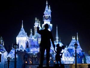 Foto de 2009 mostra Castelo da Bela Adormecida com estátua de Walt Disney e Mickey Mouse, na Disneylândia, Califórnia; surto de sarampo atingiu parque (Foto: AP Photo/The Orange County Register, H. Lorren Au Jr.)