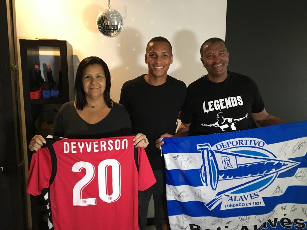 Deyverson com os pais na Espanha e uma camisa e uma bandeira do Alavés (Foto: Ivan Raupp)