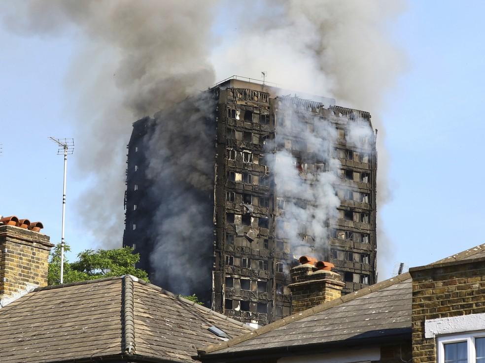 Incêndio destrói prédio residencial em Londres (Foto: Rick Findler/PA via AP)