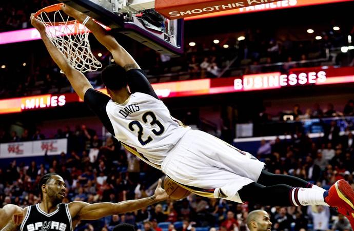 Anthony Davis Spurs x Pelicans NBA (Foto: Reuters)