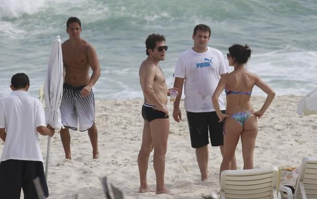 O cantor Daniel na praia da Barra (Foto: Dilson Silva / AgNews)