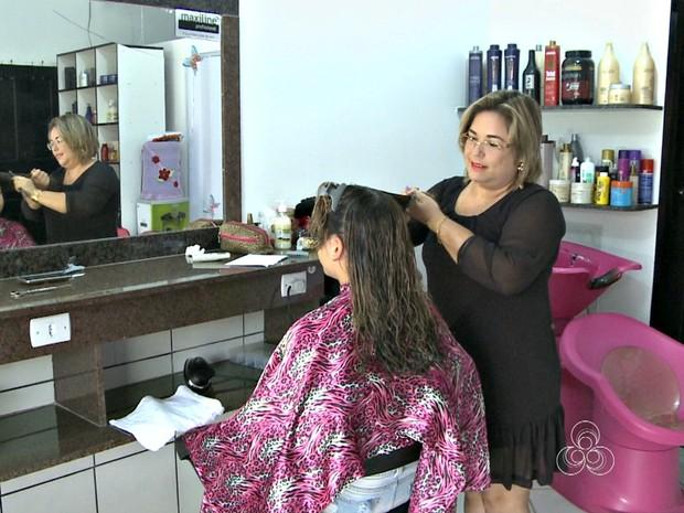 Para cortar gastos, cabeleireira desfereiu salão de beleza para casa onde mora (Foto: Reprodução TV Acre)