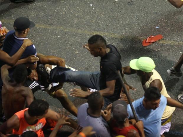 Briga durante a apresentação do grupo 'A Bronkka' no circuito Dodô (Barra/Ondina), na madrugada deste domingo (10), em Salvador, Bahia (Foto: LÚCIO TÁVORA/AGÊNCIA A TARDE/ESTADÃO CONTEÚDO)