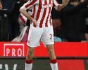 De carrinho, Crouch faz centésimo gol no Inglês e comemora com dança robô