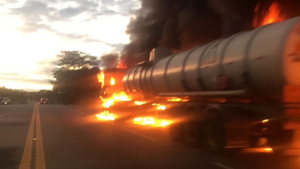 Carreta com ácido clorídrico pega fogo e fecha a BR-381, Ravena, na Grande BH (Foto: Divulgação/ PRF)