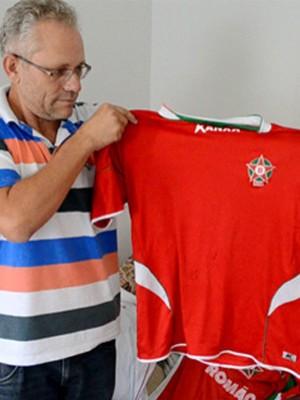 Torcedor fanático do Boa Esporte, Paulo Afonsto mostra coleção de camisas (Foto: Lucas Soares)