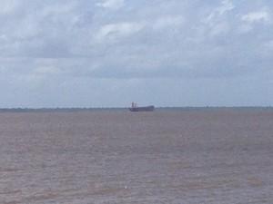 Navio tem 38 tripulantes e teve viagem liberada pela Capitania dos Portos (Foto: Dyepeson Martins/G1)