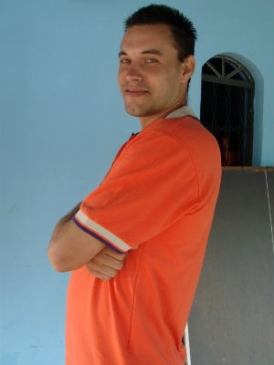 Rafael Nunes, 'Mendigo Gato de Curitiba' visivelmente melhor após 3 meses de tratamento. (Foto: Divulgação/Q! Notícia)