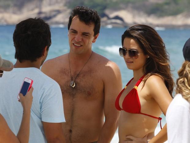 Nanda e Lombardi ouvem as instruções do diretor (Foto: Salve Jorge/TV Globo)