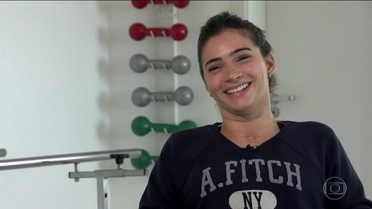 """Em pé com ajuda de estabilizador, Lais Souza celebra evolução: """"É incrível"""""""