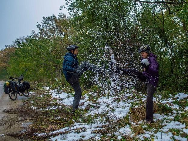O administrador de redes Thiago Ruiz e a namorada, Julie Assêncio, na Bulgária durante viagem de bicicleta (Foto: Diocá/Divulgação)