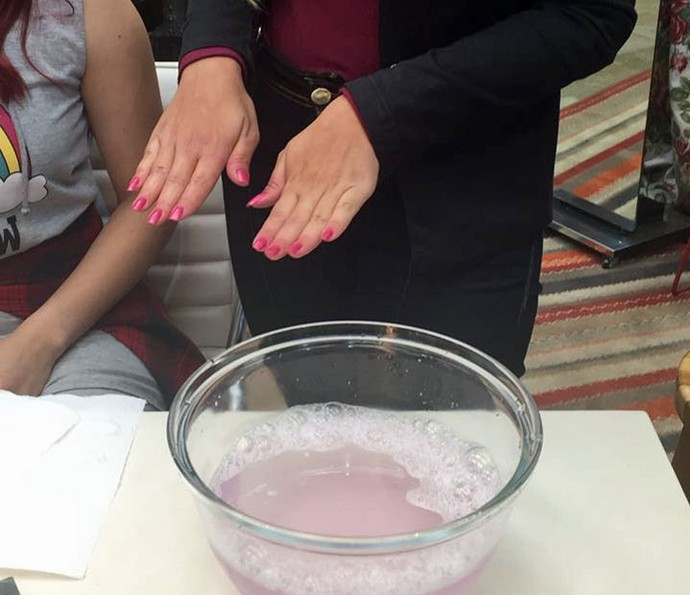As mãos precisam ser lavadas com água e sabão para o esmalte sair da pele (Foto: Priscilla Massena / Gshow)