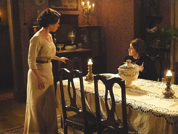 Eulália ouve o bebê chorar e insinua que Teresa não é boa mãe (Foto: Lado a Lado / TV Globo)