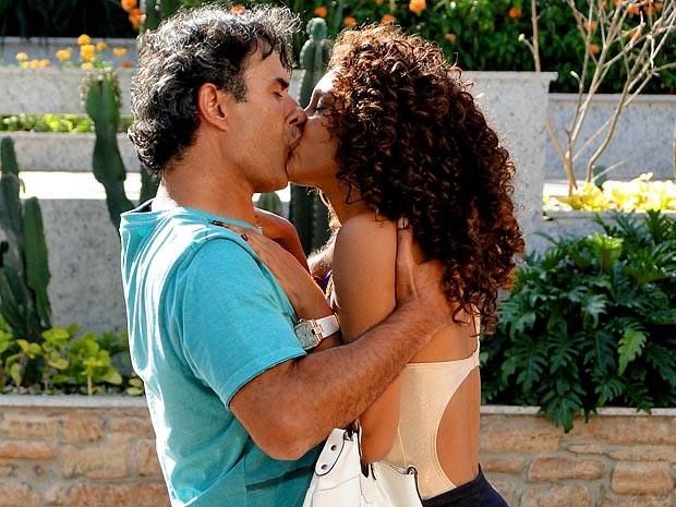 Gilson surpreende e dá um beijaço em Penha (Foto: Cheias de Charme / TV Globo)