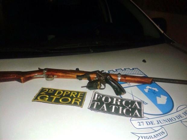 Com os suspeitos, PM apreendeu um revólver calibre 38 e uma espingarda de fabricação artesanal (Foto: Divulgação/Polícia Militar do RN)