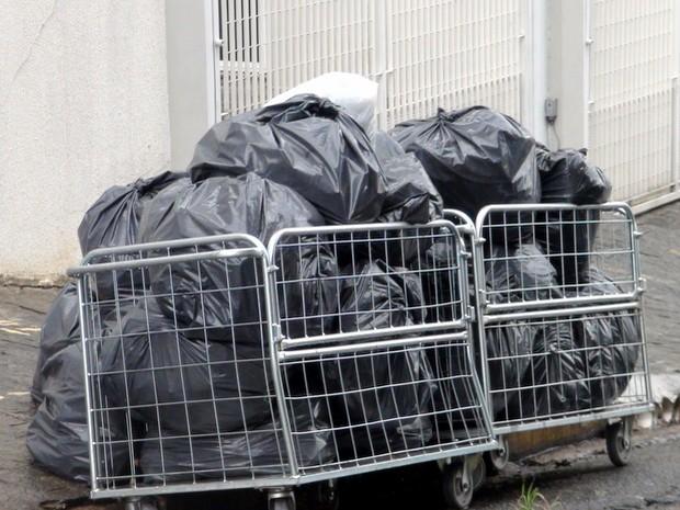 Lixo acumulado em frente a condomínio no bairro Vila Monteiro, em Piracicaba (Foto: Eduardo Marins/EPTV)