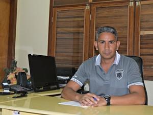 Diretor da Escola Raimundo Gomes, com segunda melhor nota no Ideb, Osleno Freitas diz que resultado é fruto de muito trabalho (Foto: Caio Fulgêncio/G1)