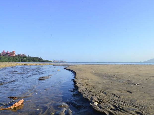Praia de Camburi sofre com esgoto em Vitória (Foto: Guilherme Ferrari/ A Gazeta)