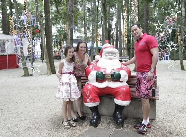 Vale registrar a foto até com  a estátua do Papai Noel  (Foto: Luiz Renato Corrêa/ RPC )