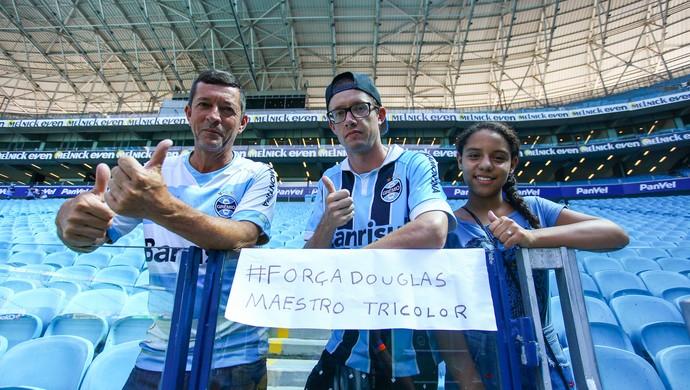 Torcedores apoiam Douglas em jogo contra o Passo Fundo (Foto: Lucas Uebel / Grêmio, DVG)