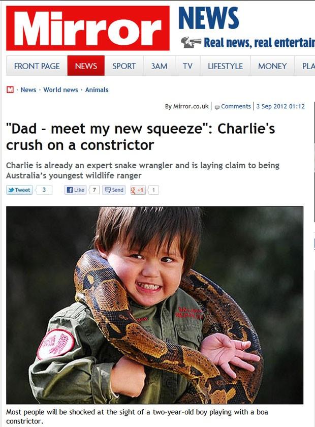 Charlie Parker brinca com cobra de 2,5 metros. (Foto: Reprodução/Daily Mirror)