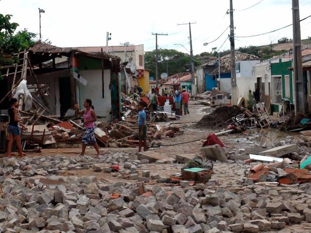 Após temporal, moradores transitam em cenário de destruição da pequena cidade da Chapada Diamantina  (Foto: Ruan Melo/G1)
