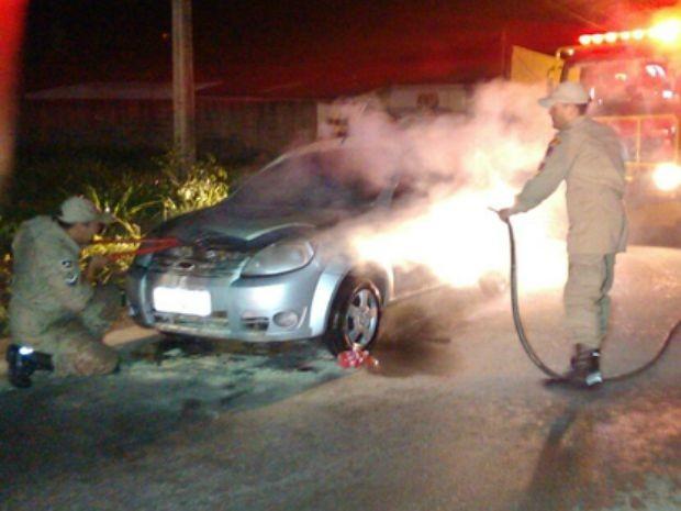 Veículo pega fogo na avenida Sabino Bezerra, em Vilhena, RO (Foto: Cone Sul ao vivo/Reprodução)