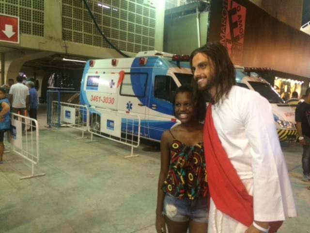 Paulo Dalagnoli vive Jesus no desfile da Viradouro (Foto: Cristina Boeckel/G1)