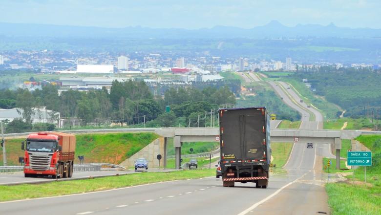 Registo de parte dos 117 quilômetros já duplicados da BR-163, entre a divisa com Mato Grosso do Sul e Rondonópolis ao fundo (Foto: Acervo 9º BEC)