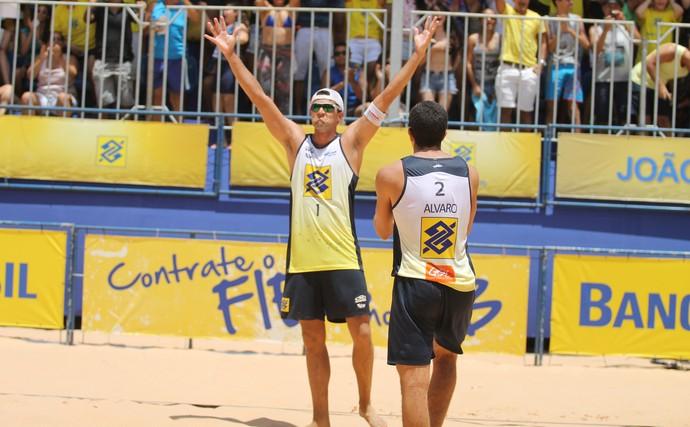 Vitor Felipe e Álvaro volei de praia (Foto: Paulo Frank/CBV)
